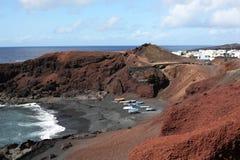 Playa volcánica en la isla de Lanzarote, España fotos de archivo libres de regalías