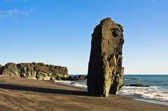 Playa volcánica en el verano, Islandia del sur de la arena negra pintoresca Fotografía de archivo