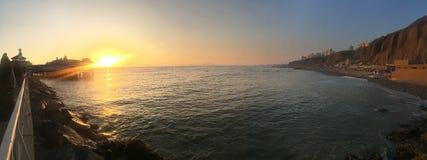 Playa y 'La Rosa Nautica 'de Makaha panorámica de la visión fotografía de archivo libre de regalías
