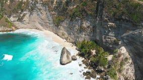 Playa y acantilado del diamante en la isla de Nusa Penida Opinión aérea del abejón del paisaje tropical almacen de video