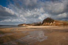 Playa y acantilados de la orilla del lago Fotografía de archivo libre de regalías