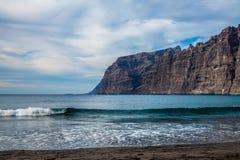Playa y acantilados en el Los Gigantes Foto de archivo