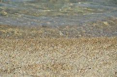 Playa y agua de mar ondulada Fotos de archivo libres de regalías