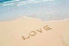 Playa y amor en arena. Foto de archivo libre de regalías