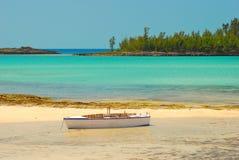 Playa y barco de Bahamas Foto de archivo libre de regalías