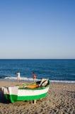 Playa y barco de pesca Fotografía de archivo libre de regalías