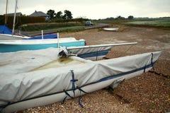 Playa y barco viejo Fotos de archivo libres de regalías