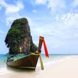 Playa y barcos exóticos de la arena de Tailandia en la isla tropical asiática Fotos de archivo libres de regalías