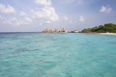 Playa y cabañas tropicales en la isla de Maldives fotos de archivo