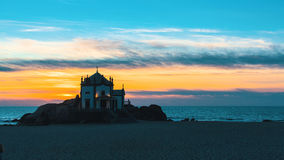 Playa y capilla Senhor DA Pedra de Miramar en la noche Fotos de archivo