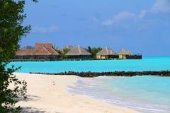 Playa y casas de planta baja de Maldivas. imagen de archivo