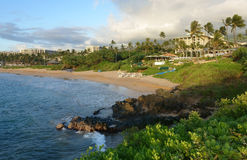 Playa y centro turístico tropicales en la puesta del sol foto de archivo