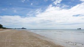 Playa y cielo Imagenes de archivo