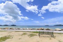 Playa y cielo azul Fotos de archivo