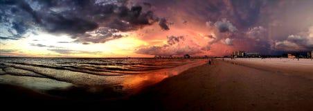 Playa y cielo de la puesta del sol fotos de archivo libres de regalías