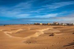 Playa y ciudad Foto de archivo