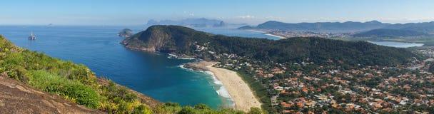 Playa y ciudad de Itacoatiara según lo visto del puesto de observación de la montaña en Niteroi, el Brasil imágenes de archivo libres de regalías