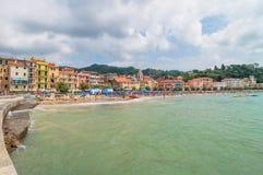 Playa y ciudad de San Terenzo en Lerici, Italia Foto de archivo libre de regalías