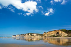 Playa y Cliff Reflection Fotos de archivo libres de regalías