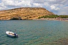 Playa y cuevas de Matala en rocas Isla de Crete Grecia fotos de archivo