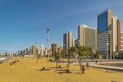 Playa y edificios de Fortaleza el Brasil Foto de archivo