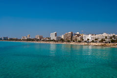Playa y el mar, España de la ciudad de vacaciones de Cala Millor Imagen de archivo libre de regalías
