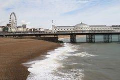 Playa y embarcadero de Brighton. Sussex. Reino Unido Imagen de archivo