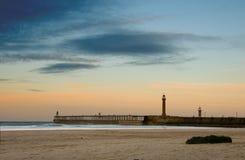 Playa y embarcadero de Whitby Imagenes de archivo