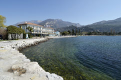 Playa y hotel Lido de Torbole azul Fotos de archivo libres de regalías