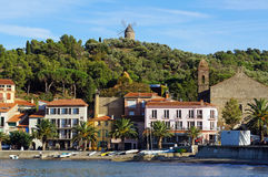 Playa con los hoteles en Collioure Imagen de archivo libre de regalías