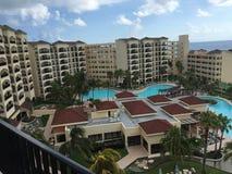 Playa y línea de la playa mexicanas de Cancun: Centro turístico y hotel Imágenes de archivo libres de regalías