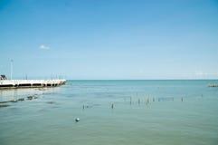 Playa y mar azul foto de archivo