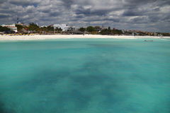 Playa y mar cambiantes fotografía de archivo libre de regalías