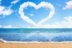 Playa y mar. Corazón de nubes en el cielo Fotografía de archivo libre de regalías