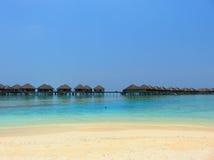 Playa y mar de las islas de Maldivas con el centro turístico Foto de archivo libre de regalías