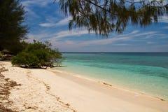 Playa y mar del paraíso en la isla, islas de Gili fotografía de archivo libre de regalías