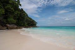 Playa y mar en el cielo azul Foto de archivo libre de regalías