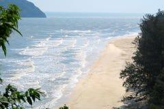 Playa y mar en el parque nacional khao-Sam-ROI-yot Fotos de archivo