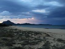 Playa y mar en invierno en la puesta del sol Imágenes de archivo libres de regalías