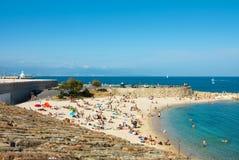 Playa y mar en la ciudad de Antibes, Francia Foto de archivo libre de regalías