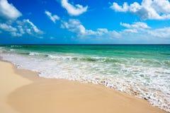 Playa y mar hermosos Foto de archivo libre de regalías