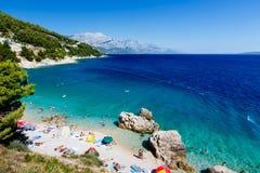 Playa y mar hermosos con agua transparente Imagen de archivo