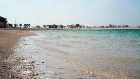 Playa y mar hermosos de la arena en el Dubai metrajes