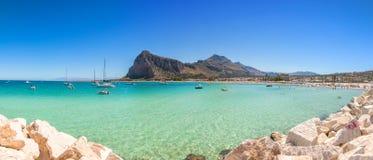 Playa y mar Mediterráneo en San Vito Lo Capo, Sicilia, Italia Imagen de archivo libre de regalías