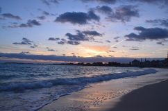 Playa y mar por la tarde imagen de archivo libre de regalías