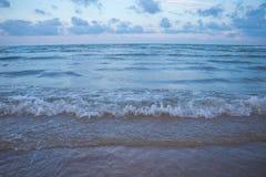 Playa y mar por la tarde en Pranburi Foto de archivo