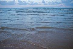 Playa y mar por la tarde en Pranburi Imagenes de archivo