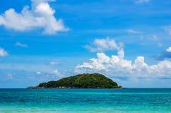 Playa y mar tropical con el cielo azul Imagenes de archivo