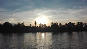 Playa y mar tropical en la puesta del sol fotos de archivo