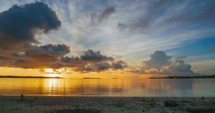 Playa y mar tropicales del lapso de tiempo en la salida del sol Cielo dramático colorido en la oscuridad Concepto romántico de  almacen de video
